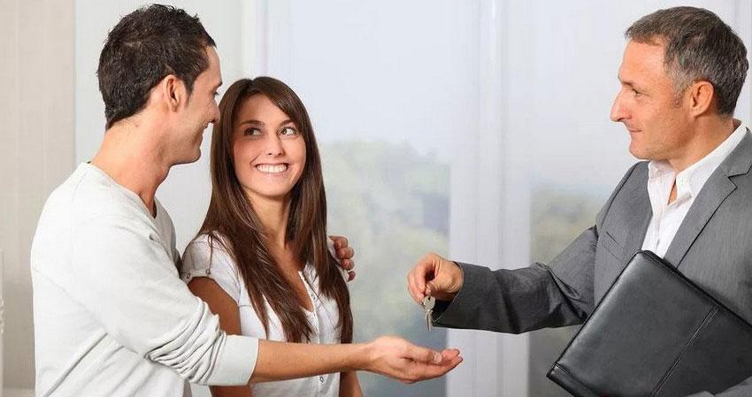 агент по недвижимости с покупателями